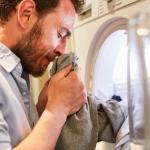 از بین بردن بوی دود از لباس، فرش و پرده و مبل